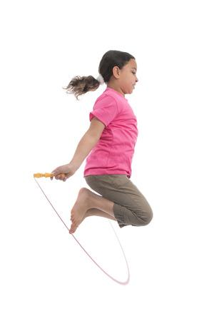 Attivo ragazza che salta con la corda di salto isolato su sfondo bianco Archivio Fotografico - 29577493