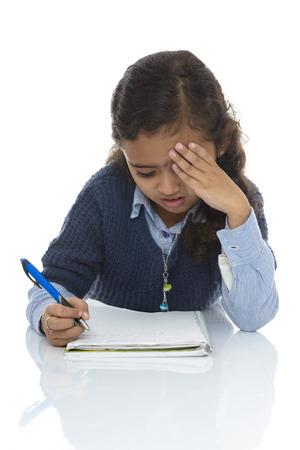 niños estudiando: Chica joven linda Resolver Cuestionario Difícil aislada sobre fondo blanco Foto de archivo