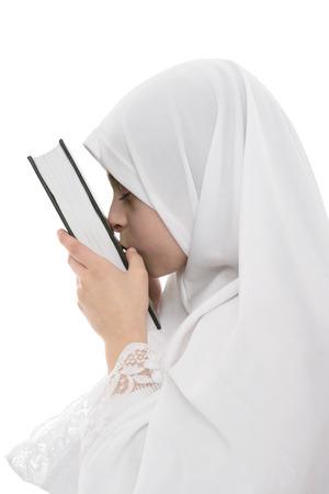 fille arabe: Jeune fille musulmane en amour avec Livre saint de Quran isolé sur fond blanc