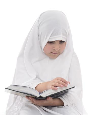 petite fille musulmane: Little Girl musulmane lecture Coran isolé sur fond blanc