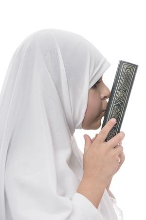 petite fille musulmane: Petite jeune fille musulmane Loves Coran isolé sur fond blanc