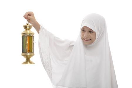 fille arabe: Happy Girl musulmane Célébrer le Ramadan avec Festive Lantern isolé sur fond blanc