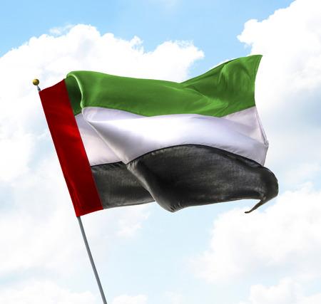 Bandera de los Emiratos Árabes Unidos levantados en el cielo Foto de archivo