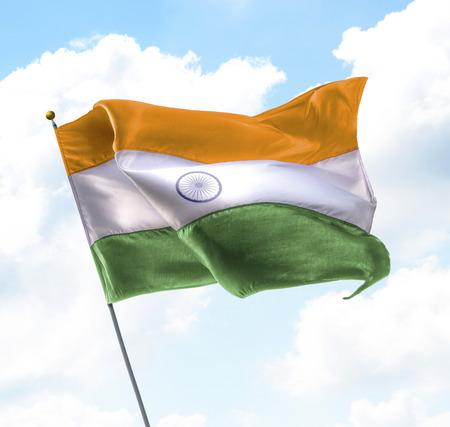 bandera de la india: Bandera de la India levantados en el cielo