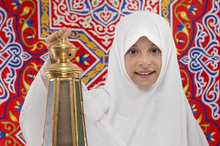 niños sonriendo: Chica feliz festivo musulmán con el Ramadán linterna durante Ramadán Tela