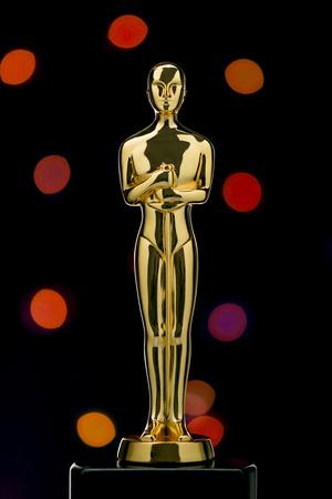 reconocimientos: Un Shiney oro Estatuilla en Defocused luces de fondo