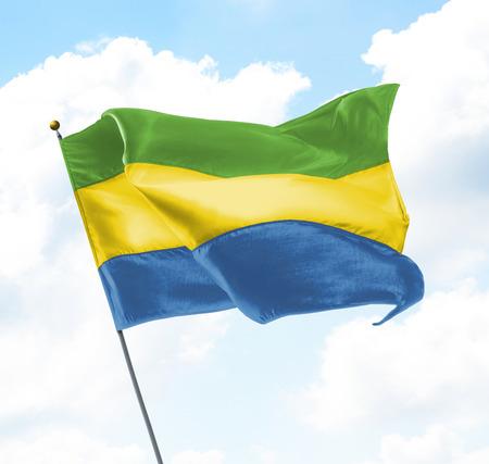 Flagge von Gabun hoch in den Himmel Standard-Bild
