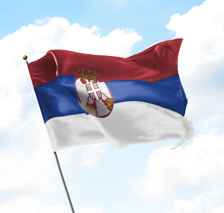gewerkschaft: Flagge von Serbien Aufgewachsen in den Himmel Lizenzfreie Bilder
