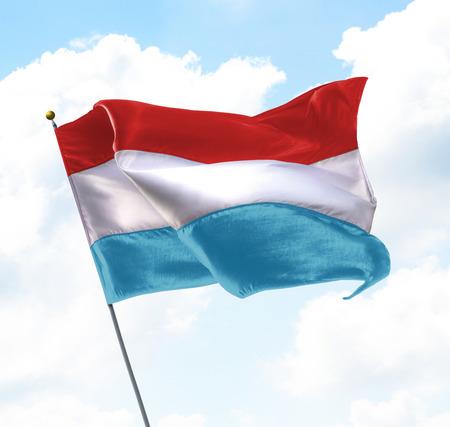 Flagge von Luxemburg angehoben in den Himmel Standard-Bild