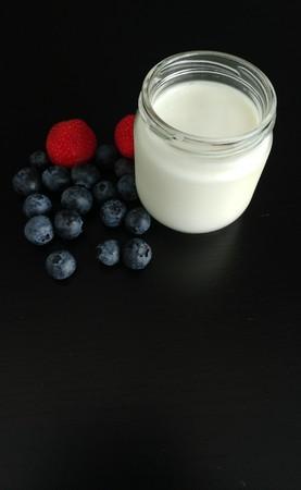 Natural Yogurt in a Glass Jar with Berries Imagens