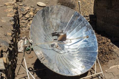 環境に優しいソーラー器ネパールのヒマラヤの山々 の水を沸騰します。