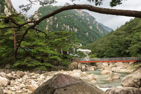 Monte Kumgang. Corea del Norte. Puente de hierro sobre el río de montaña Foto de archivo - 71644247