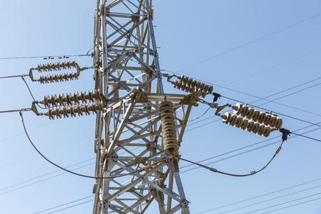 Détail des isolateurs électriques d'un pylône haute tension.