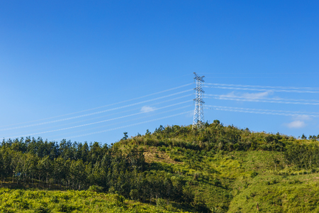High Voltage Electric Transmission, high voltage pylon in the mountains 免版税图像