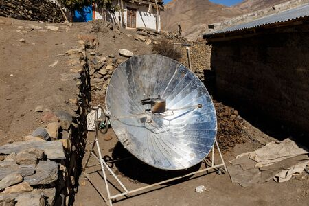 Solar parabolic heater for cooking in the mountain villages of Nepal. Himalayas. Foto de archivo