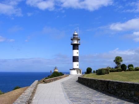 Ortiguera の灯台。Ortiguera は、スペインのアストゥリアス海岸の町