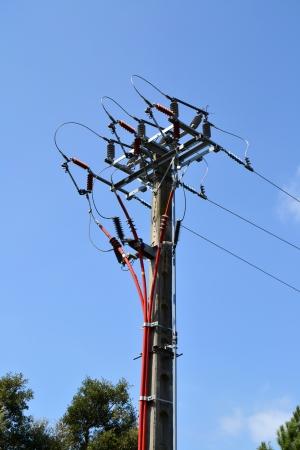 torres de alta tension: Vista de una torre eléctrica