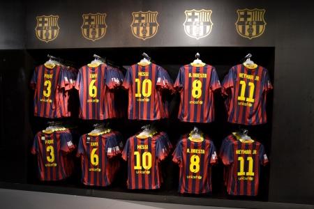 バルセロナ, スペイン - 10 月 2013 年 10 月 26 日 FC バルセロナの店にショップ スペインの FC バルセロナで 26 FC バルセロナのシャツはシャツ、ボールと