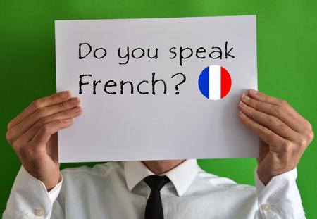 本文はシートを示すフランス語を話すビジネスマン