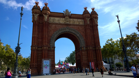 2015 年 9 月 19 日にバルセロナ、スペインでの凱旋記念碑でバルセロナ - 2015 年 9 月 19 日: 人々。創建は 1888 年に建築家ジョセップによって私の作品