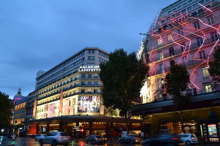 Parijs, Frankrijk - 20 oktober: Mening van het bulding van de Galeries Lafayette 's nachts in Parijs, Frankrijk op 20 oktober 2013. Les Galeries Lafayette Haussmann zijn een warenhuis in Parijs dat meer dan 20 miljoen bezoekers per jaar te ontvangen