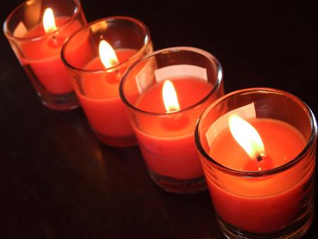 luz de velas: Luz de las velas con el fondo oscuro