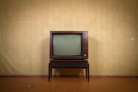 television antigua: Retro TV sobre un fondo de fondos de escritorio de la vendimia en la antigua habitación con viñetas