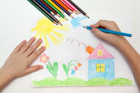 kinderen: Het kind trekt een potloodtekening van de wereld