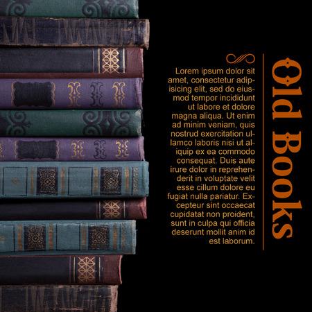 prosa: Decrepito vecchio libro annata compilato in fila su uno sfondo nero Archivio Fotografico