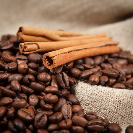cinnamon sticks: Coffee beans on linen cloth and cinnamon sticks