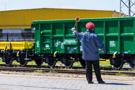 ブルガス, ブルガリア - 2017 年 3 月 20 日 - 貨物貨物列車 - 4axled ボックス ワゴン タイプ: Eanos モデル: 155-1 - Transvagon 広告 報道画像