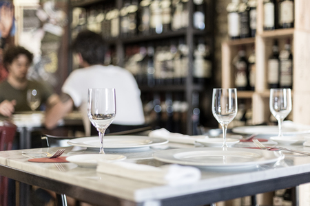 pareja comiendo: a table set at the restaurant with a pair in the background