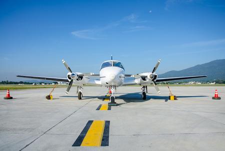 小さな飛行機や有名な Airport.Small 飛行機に駐機している飛行機民間航空機を使用します。