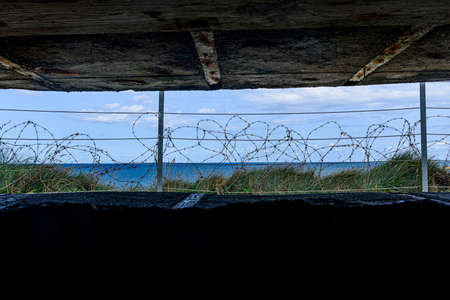 It is an area located on the top of a cliff on the Normandy coast, view from inside a bunker Banque d'images