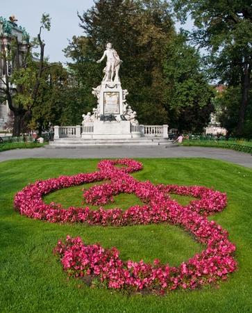 wiedeń: Pomnik Amadeusza Mozarta z treble clef w Danube Island, Viena, Austria