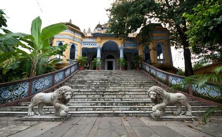 calcutta: Jainist Temple with gardens and statues in Calcutta, India  Stock Photo