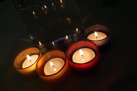 Cuatro porta-Velas de cristal Velas encendidas estafadores. Cuatro equipaje que te guarde de cristal con velas encendidas.
