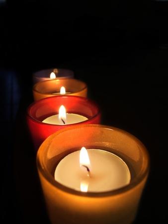Tres equipaje de mano que te guarde de cristal con velas encendidas