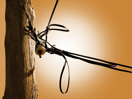 Publica servicio de suministro de electricidad y teléfono