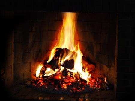 Fuego en la chimenea de la casa Foto de archivo