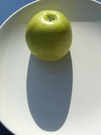 Verde manzana en un plato de cerámica Foto de archivo - 14216054