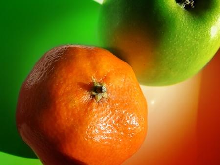 Una manzana y una mandarina