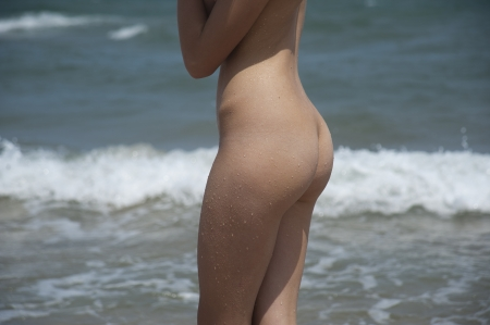 nue plage: Bord de mer Jeune fille nue
