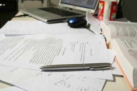 oficina desordenada: Mostrador de la oficina de negocios con los documentos de mano  Foto de archivo
