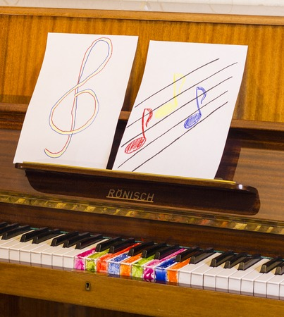 Prodigy: Piano keys cheerful and colorful notes, foto.