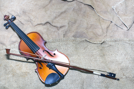 beautiful violin rests on an old piece of material. background. Foto