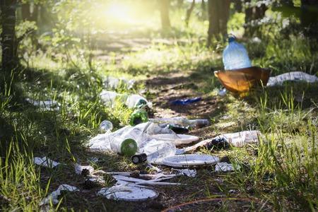 Tas de garage sur l'herbe verte dans les problèmes d'environnement de la nature. Protection de la nature Banque d'images - 95233540