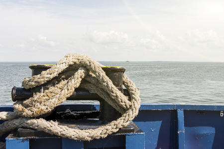 the rope on the ship overlooking the calm sea. Stockfoto