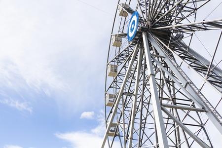 Ferris wheel joy sky clouds amusement Park. 写真素材 - 119963284