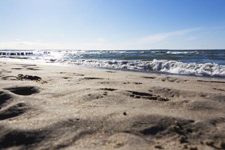 une belle vague frappe la plage sur une plage de sable par une journée ensoleillée.